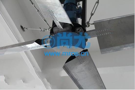 尚尤提供此款重型工业吊扇 大风扇安装要求 厂房净高应在6米以上,支撑柱间距应大于拟安装风扇直径20% 以上 控制盒的安装位置距风扇安装位置之间的距离要小于30米 需有380伏,50Hz, 1.5千瓦电机运转的电源线接至控制盒处 屋顶承重大于170KG,扭力300牛顿-米  增加空气流通 ,冬暖夏凉,更好的通风循环 ,在厂房内持续提供空气循环,有助于保持地面和存放物干燥 ,增强空气流通量 ,更强更均匀的风速,风扇中心无气流空洞.